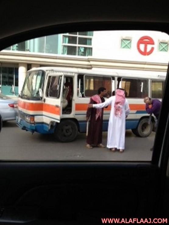 """سائق """"خط البلدة"""" يُغلق شارع العُليا ليضرب أوروبياً بـ """"عجره"""""""