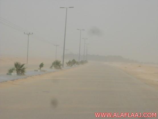 عاصفة رملية مصحوبة بموجة غبار تجتاح محافظة الأفلاج