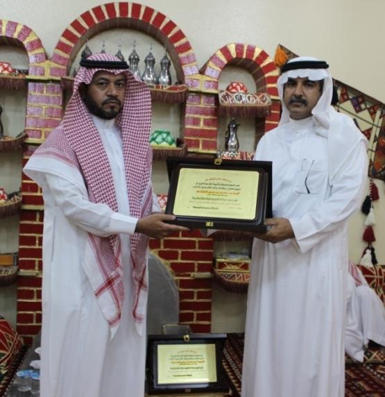 متوسطة وثانوية الملك عبد العزيز تكرم قائدها وتحتفل بزفاف كادرها