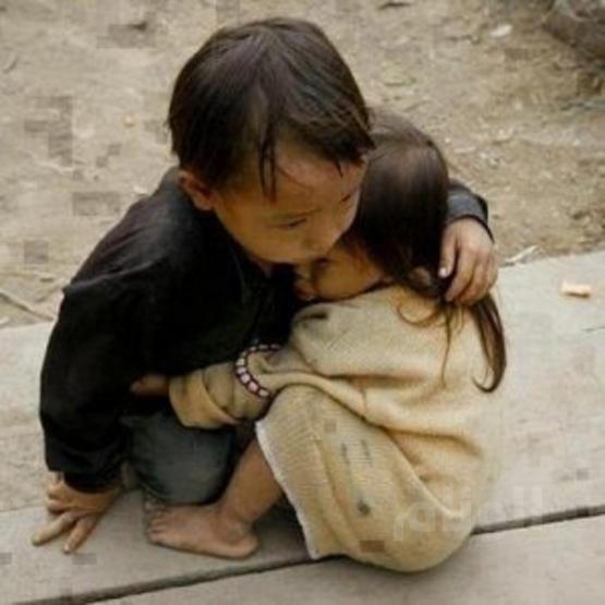 طفل بورماوي يحتضن شقيقته الصغرى بعد مقتل الأب والأم