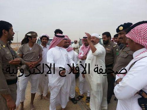 محافظ الأفلاج ورئيس بلدية البديع في الميدان ويستمعون للمواطنين