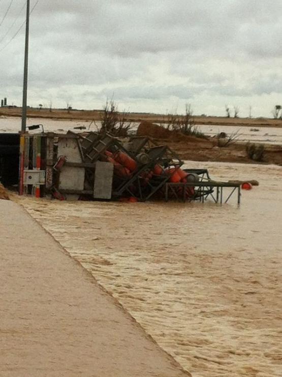 السيول تقلب شاحنات وتداهم منازل في السيح بالأفلاج