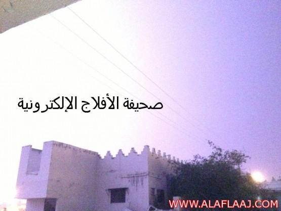 البروق تضيئ سما الهدار  والأمطار الغزيره تسيل الأوديه