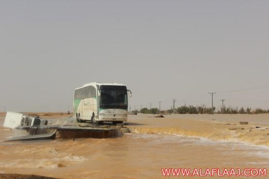 السيول تقطع طريق الأفلاج وادي الدواسر وتخلف العديد من الحوادث والاحتجازات
