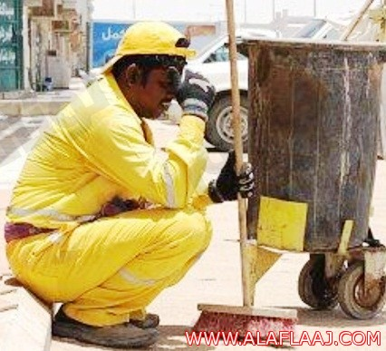 صورة عامل نظافة أعياه التعب تثير اهتمام السعوديين في «تويتر»