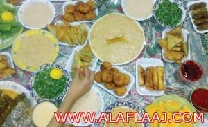 «الواتس أب» يخطف الأضواء من كتب الطبخ في رمضان