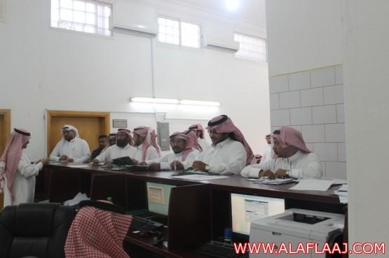 """تزاحم المراجعين وقلة الموظفين تحرج """"عمل"""" الأفلاج"""