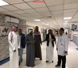 شاهد بالصور  : مدير المستشفى يتفقد المرضى المنومين ويدون ملاحظات الأقسام الطبيه