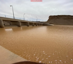"""بالصور.. """"أمطار الأفلاج"""" تُسِيل الأودية والشعاب"""